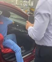 Giao xe bị lỗi, Toyota Đông Sài Gòn ép khách chịu tiền thuế