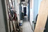 Sống trong nhà vệ sinh, lối đi ở chung cư 'chờ sập' ngay trung tâm TP HCM