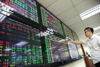 VN-Index vượt 1 300 điểm